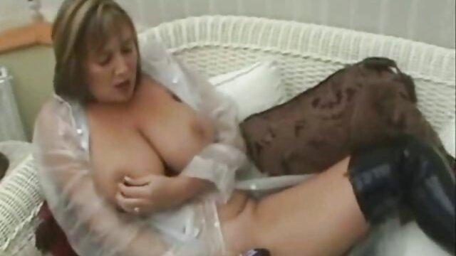 आरामदायक सोफे पर रूसी पत्नी सेक्सी फिल्म मूवी